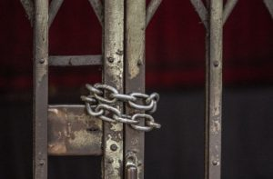 closeup-chained-sliding-grille-door_i